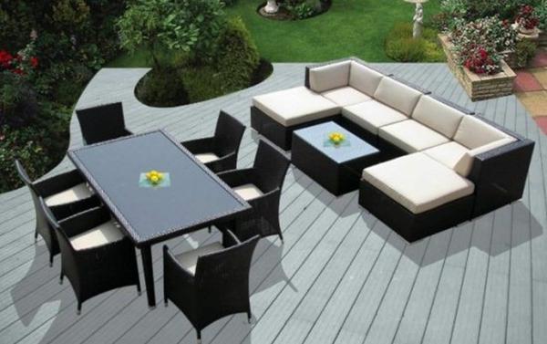 interessanter-moderner-super-wirkender-und-kreativ-gestalteter-möbelset-für-balkon-weißes-sofa-und-schwarzer-tisch