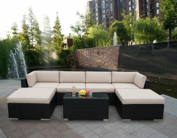 interessanter-moderner-super-wirkender-und-kreativ-gestalteter-möbelset-für-balkon-weißes-sofa