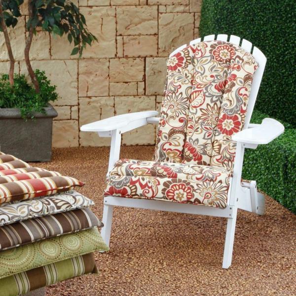 interessantes-outdoor-kissen-auf-einem-weißen-stuhl-draußen-gestellt