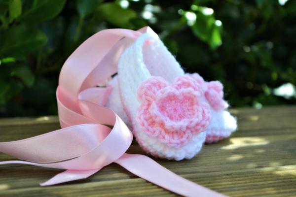 kleine-ballettschuhe-mit-rosa-blumen-häkeln