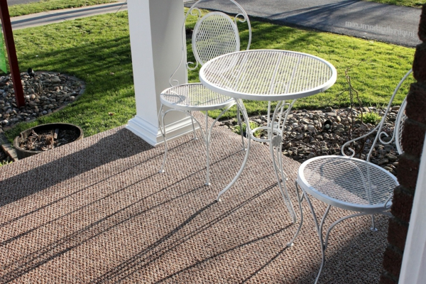kleiner-weißer-runder-tisch-zwei-stühle-outdoor-teppich