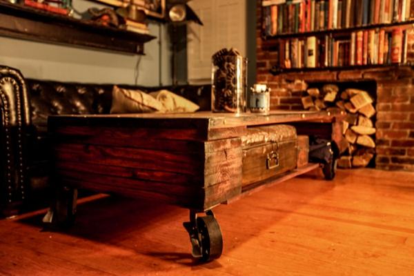 kreativ-gestalteter-und-sehr-auffälliger-tisch-auf-rollen-im-gemütlichen-wohnzimmer