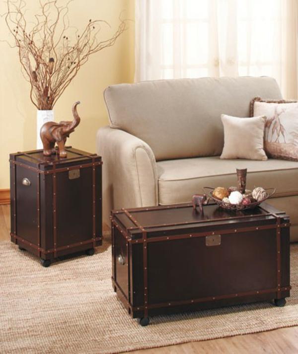 kreativ-gestalteter-und-sehr-auffälliger-tisch-auf-rollen-neben-einem-weißen-sofa-mit-dekokissen