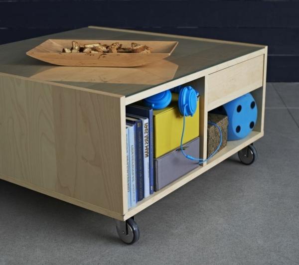 kreativ-gestalteter-und-sehr-auffälliger-tisch-auf-rollen-praktisches-und-funktionelles-modell