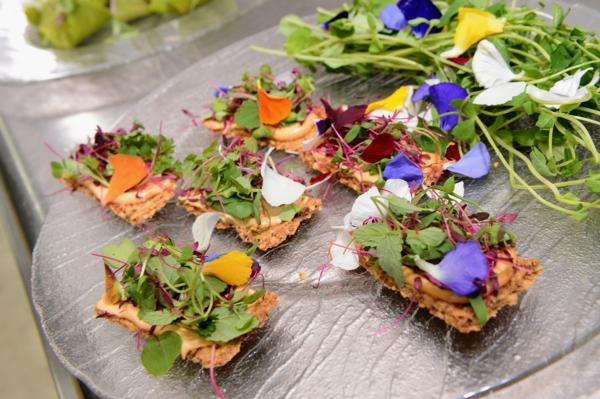 kreative-gestaltung-speisen-deko-floral-blumen-essen-