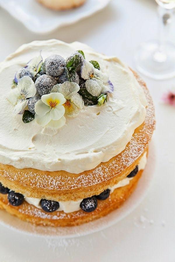 leckere-torte-mit-weißer-kreme-mit-veilchen
