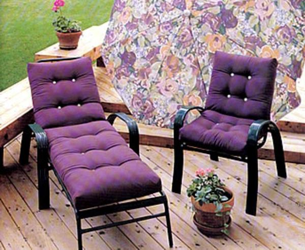 lila-outdoor-kissen-auf-einem-liegestuhl-und-einem-stuhl