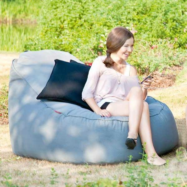 lounge-sitzsack-eine-frau-darauf