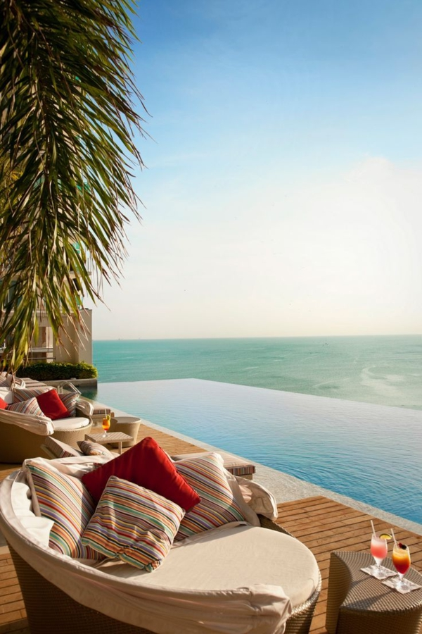 loungemöbel-schwimmbecken-design-idee-infinity-pool-wunderschönes-design