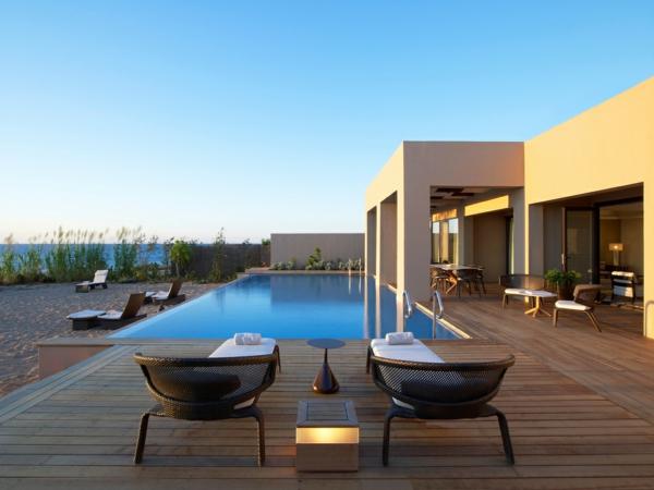 luxus-ferienhaus-mit-pool-fantastische-veranda-mit-holzboden