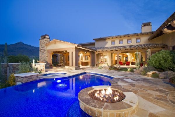 luxus-ferienhaus-mit-pool-und-feuerplatz