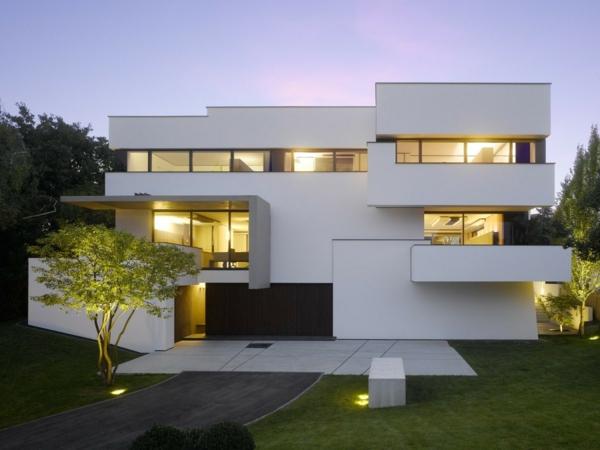 luxus-ferienhaus-mit-pool-weiße-fassade--