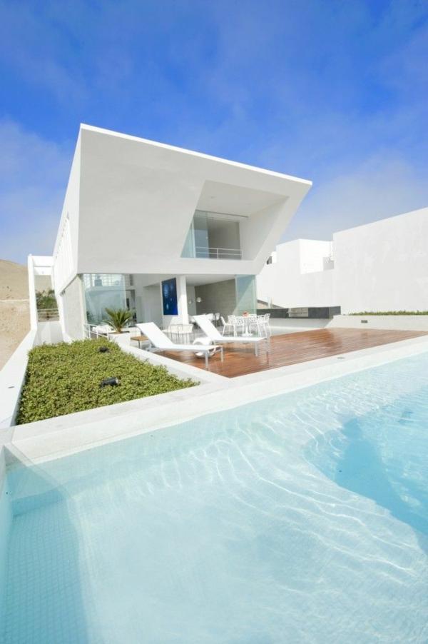 luxus-ferienwohnung-mit-einer-modernen-architektur-mit-weißer-fassade