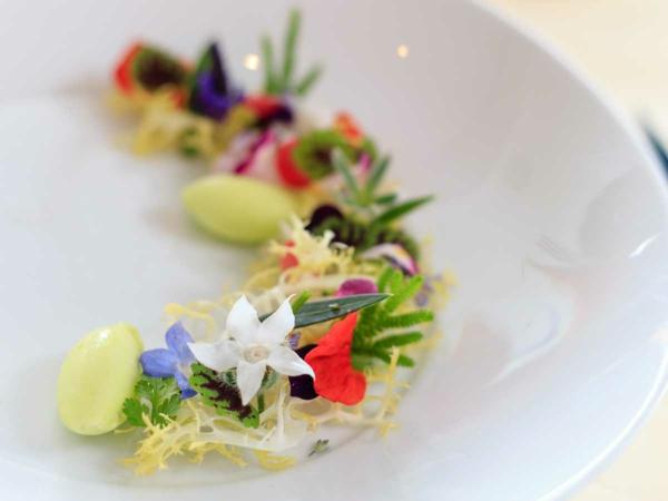 luxus--speisen-deko-floral-blumen-essen-