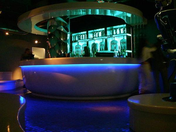 moderne-und-super-toll-aussehende-barmöbel-blaue-schicke-beleuchtung