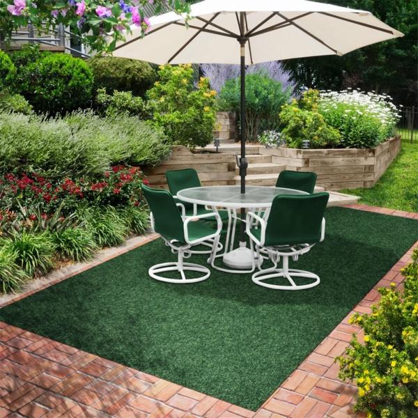 moderner-grüner-outdoor-teppich-sonnenschirm-stühle-tisch