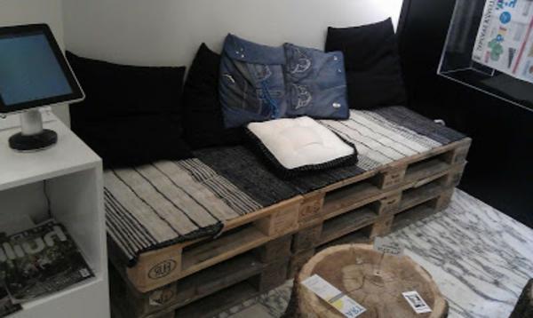 moderner-und-super-aussehender-europaletten-tisch-im-kleinen-wohnzimmer