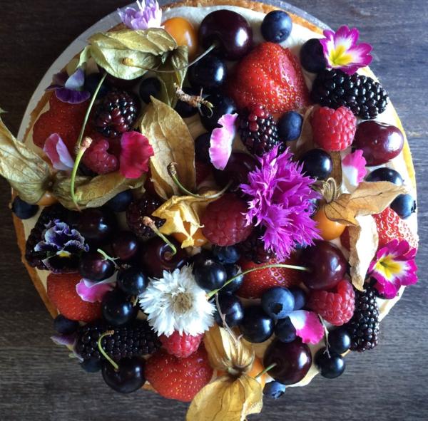 obstsalat-erdbeeren-mit-essbaren-blumen-
