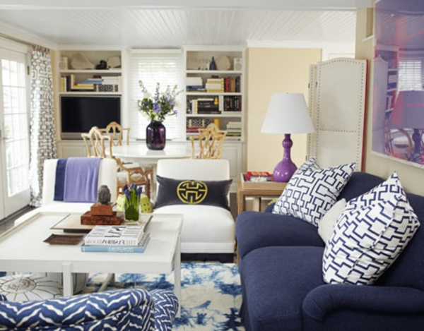 schöne wohnzimmer farbe:lila sofa mit dekokissen im gemütlichen wohnzimmer