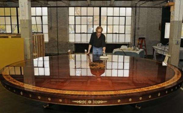 großes modell vom massiven tisch mit runder form