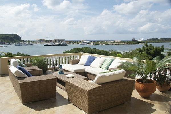 originelle-terrassen-möbel-großes-sofa-und-dekokissen