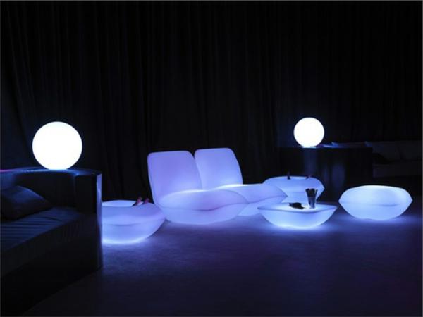 originelle-terrassen-möbel-interessante-beleuchtung
