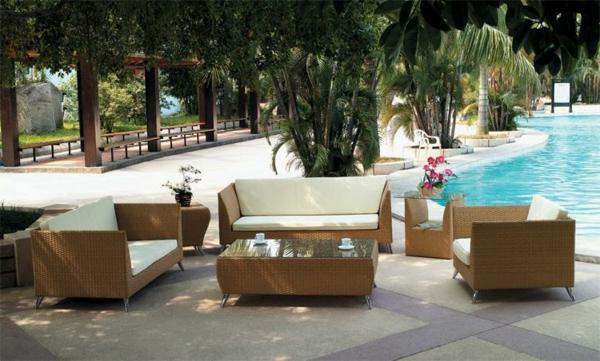 originelle-terrassen-möbel-neben-einem-pool