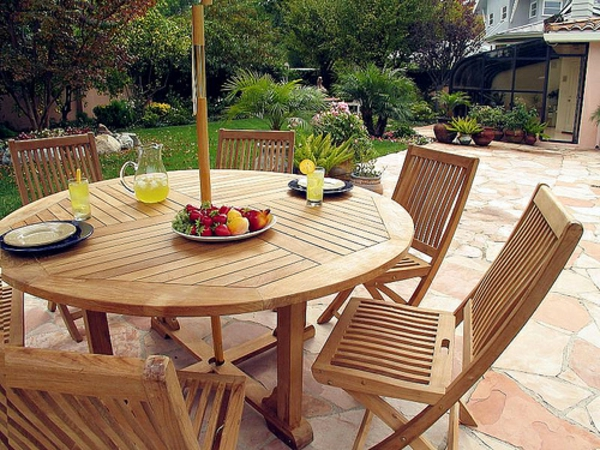 originelle-terrassen-möbel-ovaler-teak-tisch