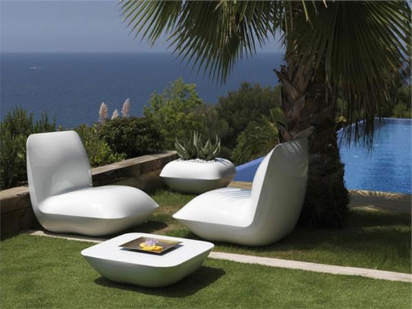 originelle-terrassen-möbel-weiße-sessel-neben-einer-palme