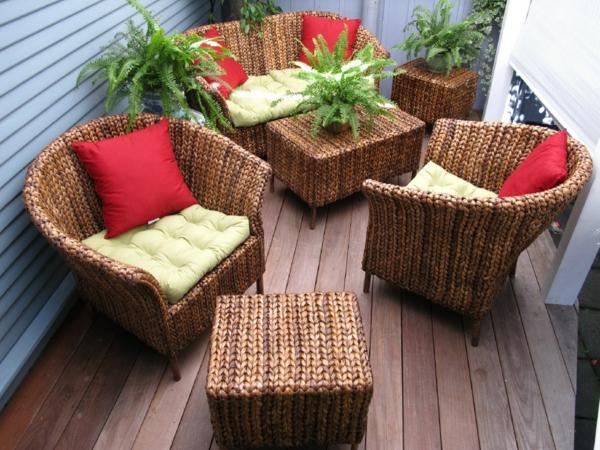 originelle-terrassenmöbel-rote-dekokissen