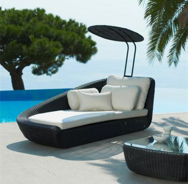 originelle-terrassenmöbel-sofa-mit-weißen-dekokissen