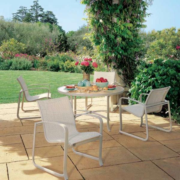 originelle-terrassenmöbel-tisch-und-stühle