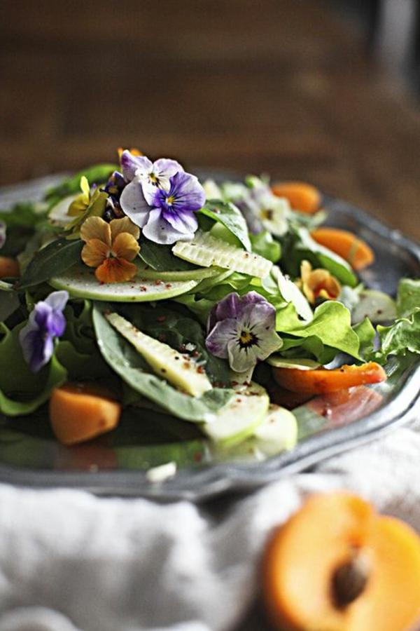origineller-salat-speisen-deko-floral-blumen-essen-