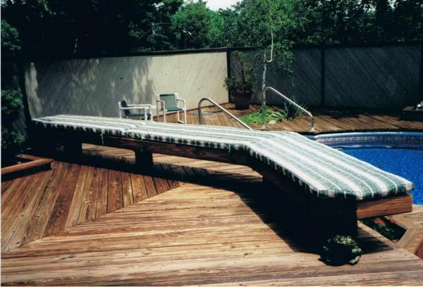 outdoor-kissen-auf-einer-bank-neben-einem-pool