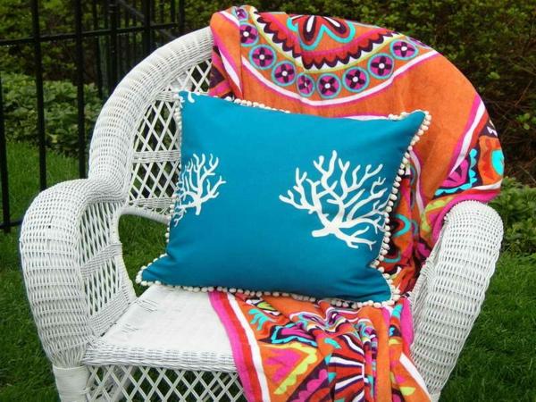 outdoor-stoffe-blaues-dekokissen-auf-einem-stuhl