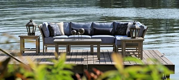 outdoor-stoffe-ein-sofa-neben-dem-teich