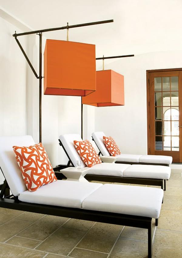 outdoor-stoffe-liegestühle-orange-dekokissen