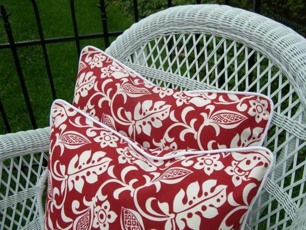outdoor-stoffe-schöne-dekokissen-in-rot-und-weiß