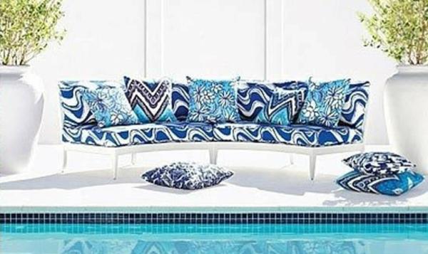 outdoor-stoffe-schickes-weißes-sofa-neben-einem-pool
