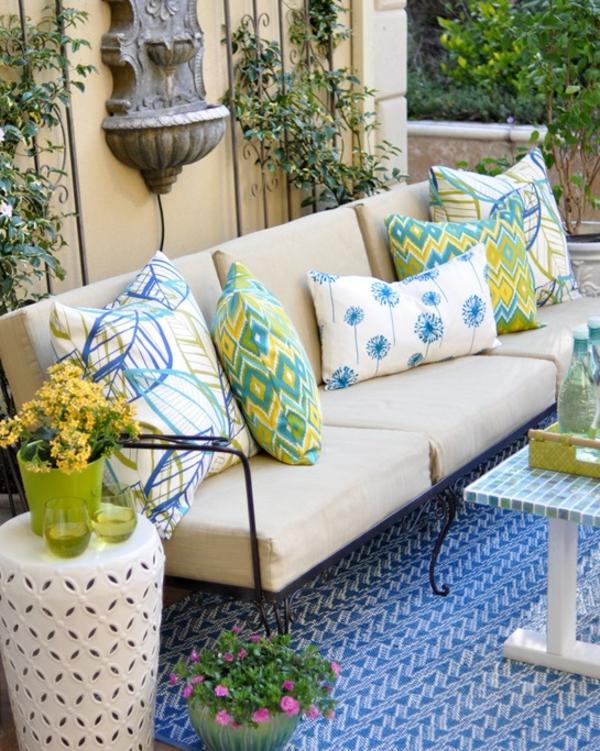 outdoor-stoffe-weißes-sofa-bunte-dekokissen