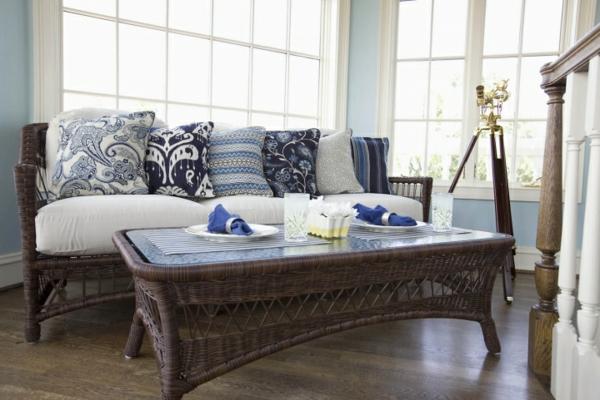 outdoor-stoffe-weißes-sofa-mit-dekokissen