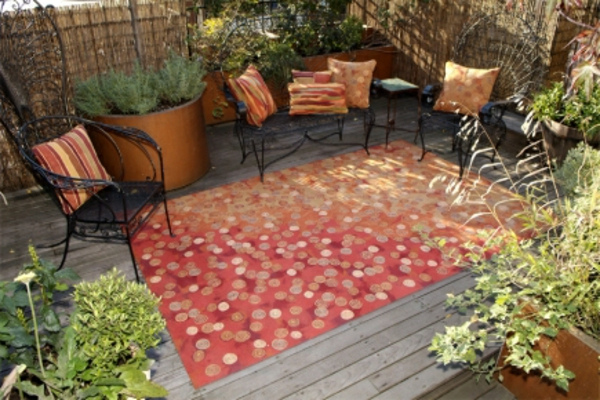 rotes-modell-outdoor-teppich-viele-stühle