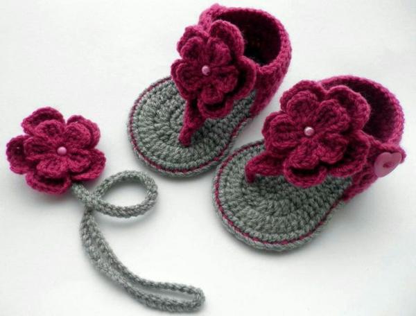 babyschuhe-häkeln-süße-sandalen-mit-blumen-häkeln--schöne-ideen-häkeln-für-baby-häkeleien-tolles-design-häkeln-