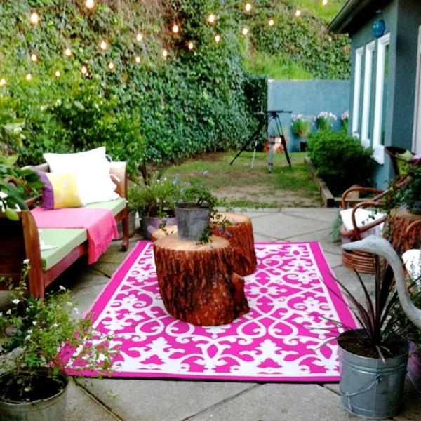süßer-outdoor-teppich-in-pink-und-weiß