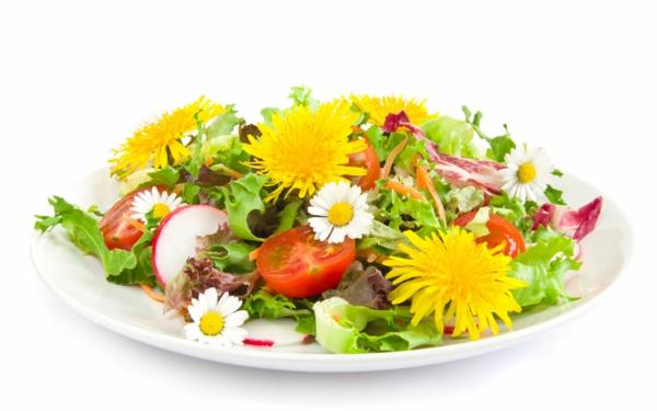 salat-mit-essbaren-blumen-machen