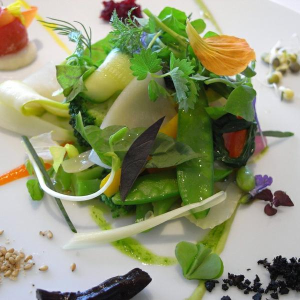 salat-speisen-deko-floral-blumen-essen- Essbare Blumen