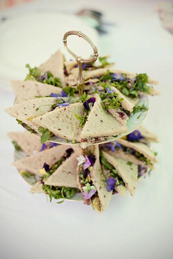 sandwiches-mit-grünem-salad-und-blumen