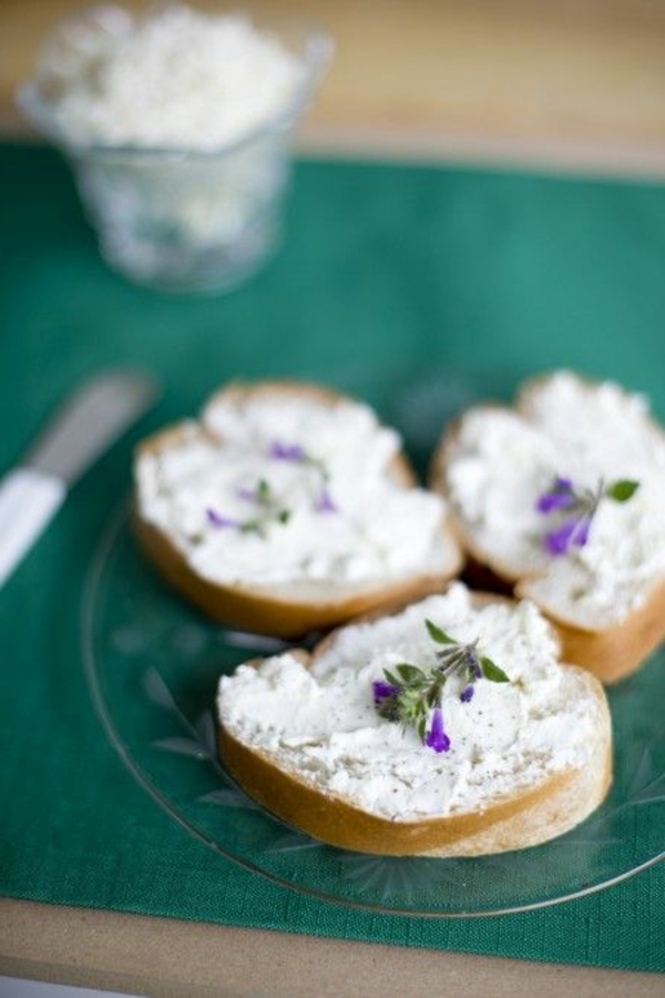 sanwiches-mit-rama-käse-und-veilchen
