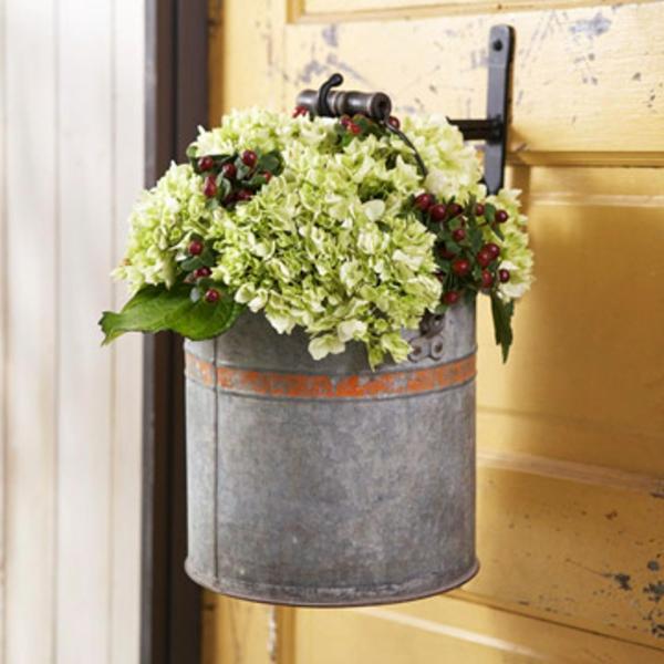 schöne-attraktiv-aussehende-und-interessante-dekorative-pflanzenkübel-eine-pflanze-angehängt-auf-die-tür