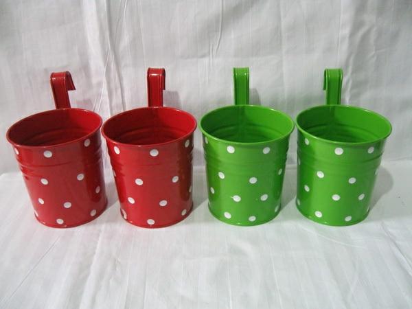 schöne-attraktiv-aussehende-und-interessante-dekorative-pflanzenkübel-vier-töpfe-in-grüner-und-roter-farbe